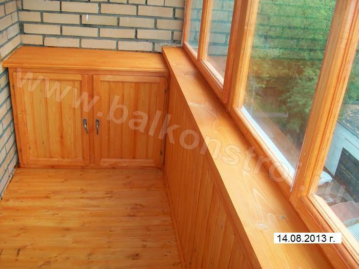 Фото отделки балкона деревянной вагонкой, покрытой лаком.