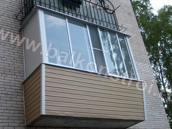 Фото обшивки балкона сайдингом цвета крем-брюле.