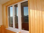 Внутренняя отделка балкона деревянной лакированной вагонкой