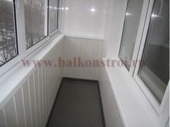 отделка пластиковыми панелями среднего балкона